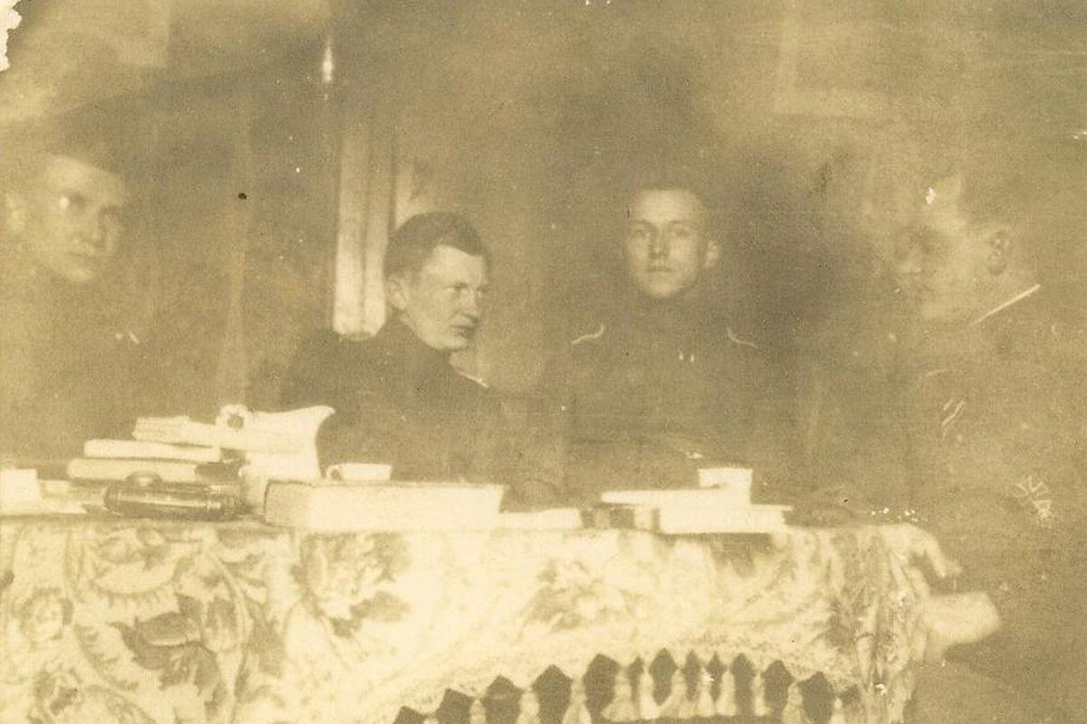 """Ernst Jünger (zweiter von rechts) zusammen mit Heinrich Hambrock (zweiter von links) der in seinem Buch """"In Stahlgewittern"""" mehrfach erwähnt wird."""